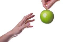 Estire hacia fuera para la manzana/la salud imagenes de archivo