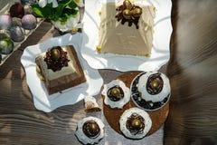 Estive-Tabelle f?r Ostern Viele Ostern-Kuchen vom Klumpenteig verziert mit Schokoladen- und Schokoladenwachteleiern, Klumpen Oste lizenzfreies stockfoto