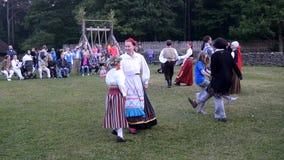 Estländska folkdanser Beröm av midsommaren i Estland lager videofilmer