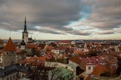 Estland Tallinn Maj 04, 2018: Dröja sig kvar moln, efter regn med den gamla staden för flyg- sikter, kyrkan av St Olaf estonia ta royaltyfri bild