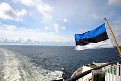Estnische Flagge auf dem Meer Stockfotos