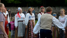 Estnische Volkstänze des Hochsommer-Tages stock video