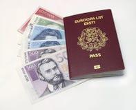 Estnischer Paß und Geld Stockfotografie