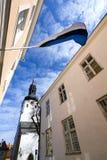 Estończyk flaga w średniowiecznym starym miasteczku Tallinn Obrazy Stock