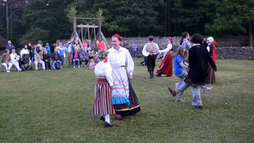 Estońscy ludowi tanowie Świętowanie pełnia lata dzień w Estonia zdjęcie wideo
