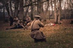 Estoński żołnierza napadanie w lesie zdjęcia stock