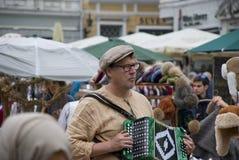 Estoński mężczyzna bawić się akordeon na Tallinn ` s głównym placu obrazy stock