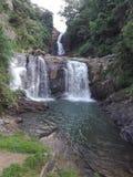 Esto es una cascada escénica espectacular Fotografía de archivo
