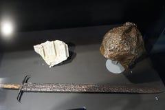 Esto es una espada y un casco del siglo XV de España fotos de archivo libres de regalías