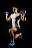 Estocada con pesas de gimnasia Foto de archivo libre de regalías