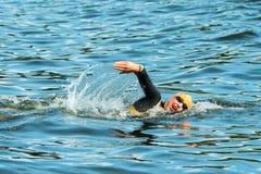ESTOCOLMO - AGOSTO, 24: Lisa Norden que calienta en la agua fría sea fotografía de archivo