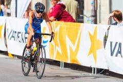 ESTOCOLMO - AGOSTO, 24: Vanessa Raw que completa un ciclo solamente en el asfalto en Imagenes de archivo