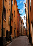 Estocolmo: bici y paloma olvidadas en str estrecho Foto de archivo