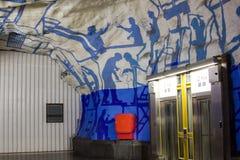ESTOCOLMO 25 DE JULIO: Estación de metro en Estocolmo Imagen de archivo libre de regalías
