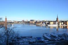 Estocolmo de una colina - ayuntamiento y Gamla Stan Imágenes de archivo libres de regalías