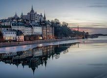 Estocolmo en la oscuridad con la reflexión en agua imágenes de archivo libres de regalías