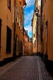 Estocolmo: retrato de la calle estrecha en Gamla Stan Imagen de archivo libre de regalías