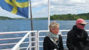 ESTOCOLMO - SUECIA, AGOSTO DE 2015: viejos pares mayores que hacen turismo almacen de metraje de vídeo