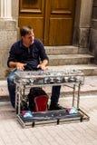 ESTOCOLMO, SUECIA - CIRCA 2016 - un hombre crea música usando los vidrios en el townGamla viejo Stan de Estocolmo, Suecia Fotos de archivo libres de regalías