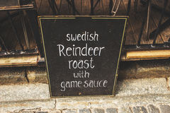 ESTOCOLMO, SUECIA - CIRCA 2016 - una muestra sueca típica del menú del almuerzo fuera de un restaurante en la ciudad vieja de Est imagen de archivo libre de regalías