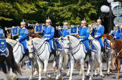 ESTOCOLMO, SUECIA - 20 DE AGOSTO DE 2016: Guardias reales suecos en hor Foto de archivo