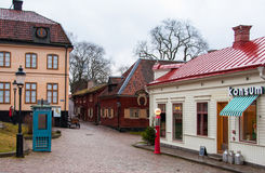 Estocolmo, Suecia - 24 de diciembre de 2013: Calle vieja del pueblo en el parque Skansen Imagenes de archivo