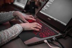 Estocolmo, Suecia: 21 de febrero de 2017 - programador de sexo femenino que trabaja en su ordenador portátil Imagen de archivo libre de regalías