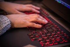 Estocolmo, Suecia: 21 de febrero de 2017 - programador de sexo femenino que trabaja en su ordenador portátil Fotos de archivo libres de regalías