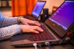 Estocolmo, Suecia: 21 de febrero de 2017 - worki femenino del programador Imagen de archivo libre de regalías