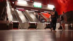 Estocolmo, Suecia - 7 de junio de 2019: vista de la escalera móvil cerca de la plataforma del metro o del tunnelbana subterráneo  metrajes