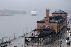 Estocolmo, Suecia, el transbordador llega el puerto de Foto de archivo