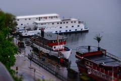 Estocolmo, Suecia, envía en el embarcadero de Sodermalm Foto de archivo