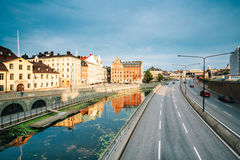 Estocolmo Suecia Opinión del verano del terraplén a lo largo del canal de agua, foto de archivo