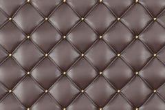 Estofamento Sofa Background do couro de Brown Sofá luxuoso da decoração de Brown Textura elegante do couro de Brown com os botões Foto de Stock