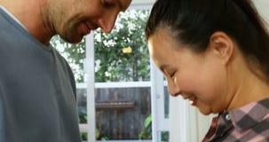 Estomac émouvant à la maison 4k de femme enceinte d'homme banque de vidéos