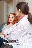 Estomac émouvant de médecin de patient d'adolescent Images libres de droits
