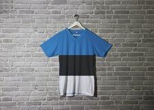 Estonia flaga na koszula i obwieszenie na ścianie z cegłą deseniujemy tapetę obrazy royalty free