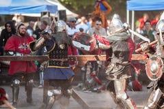 ESTONIA, TALLINN - 4 DE JUNIO DE 2016: Torneo que lucha de Tallinn de la espada histórica internacional vieja de la taza foto de archivo
