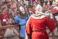 ESTONIA, TALLINN - 4 DE JUNIO DE 2016: Torneo que lucha de Tallinn de la espada histórica internacional vieja de la taza imágenes de archivo libres de regalías