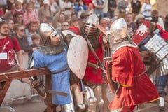ESTONIA, TALLINN - 4 DE JUNIO DE 2016: Torneo que lucha de Tallinn de la espada histórica internacional vieja de la taza fotografía de archivo