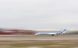 Estonian Air flygplan på landningsbanan Fotografering för Bildbyråer