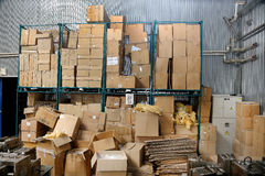 Estorbe las cajas de embalaje de la cartulina común en la fábrica Imagen de archivo