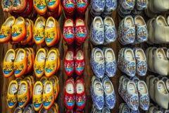 Estorbos coloridos para la venta en la tienda de souvenirs en el Zaanse Schan fotografía de archivo
