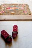 Estorbos del baño y doormat del fieltro en un hamam turco Imagenes de archivo