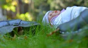 Estorbos y muñeca dejados en el jardín foto de archivo libre de regalías