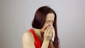 Estornudando una mujer joven almacen de metraje de vídeo