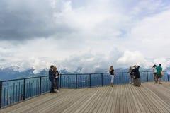 EstosadoTourists que se coloca en la estación de esquí del puesto de observación Fotografía de archivo libre de regalías