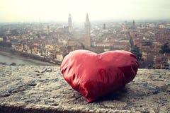 Estoy buscando mi corazón en el día de tarjeta del día de San Valentín en la ciudad del amor Foto de archivo