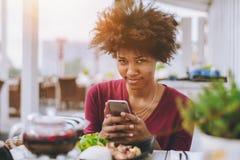 Estrabismo de la muchacha negra en café de la calle Imágenes de archivo libres de regalías