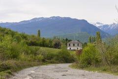 Estrada à casa nas montanhas Foto de Stock